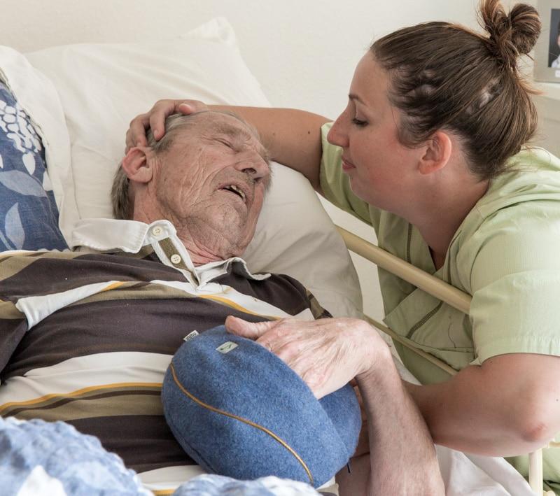 Mann mit Demenz im Bett mit inmuRELAX